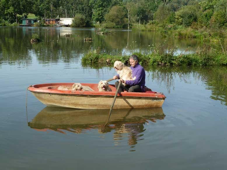 Bild Herr Schiener mit Schifamhunden auf Boot
