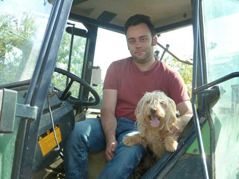 Bild Benjamin mit Schifamhunden im Traktor